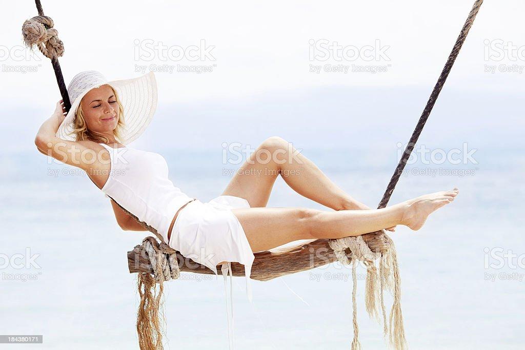 Schöne Frau, die in die Baumschaukel – Foto
