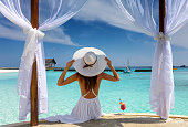 美しい女性は、熱帯地方で彼女の夏休みを楽しんでいます