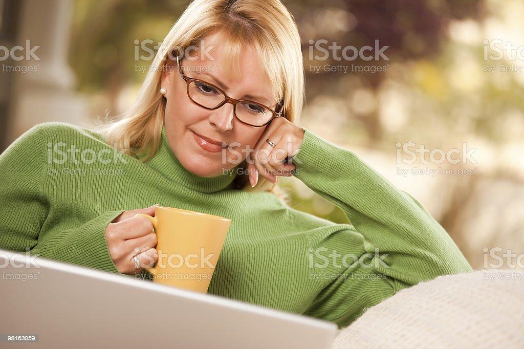 Bella donna gode il suo portatile bere e caldo foto stock royalty-free