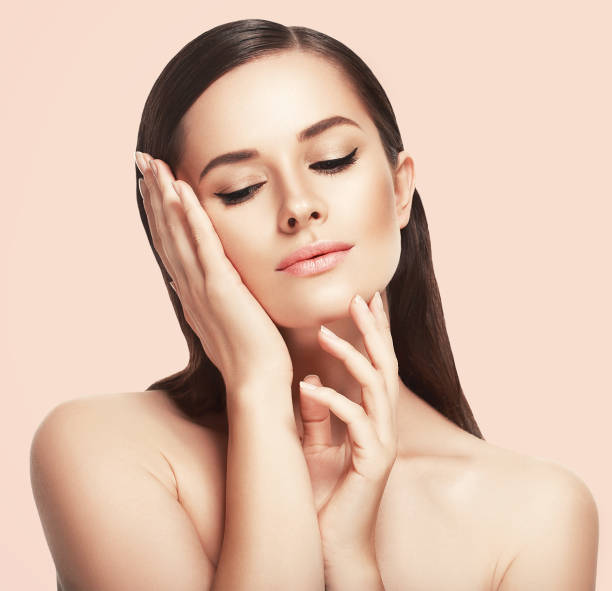 beautiful woman face close up studio on pink - frauenfiguren stock-fotos und bilder