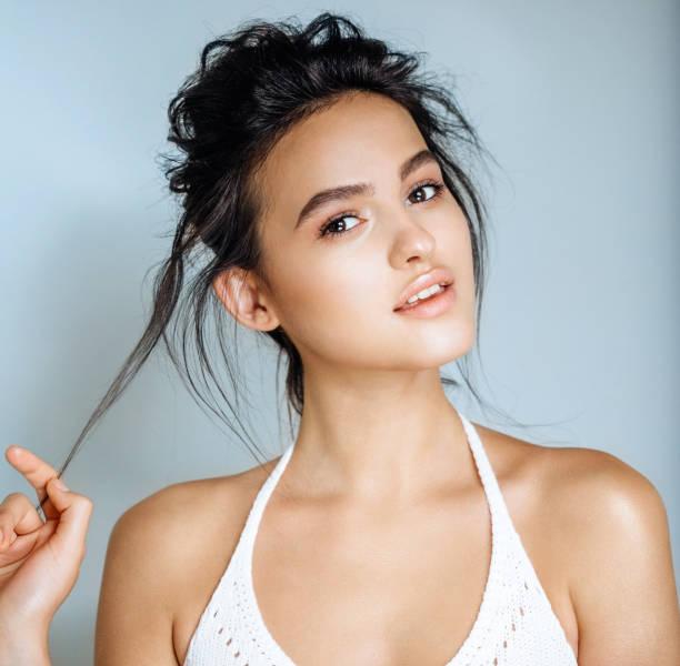 Cara de hermosa mujer cerrar el estudio - foto de stock