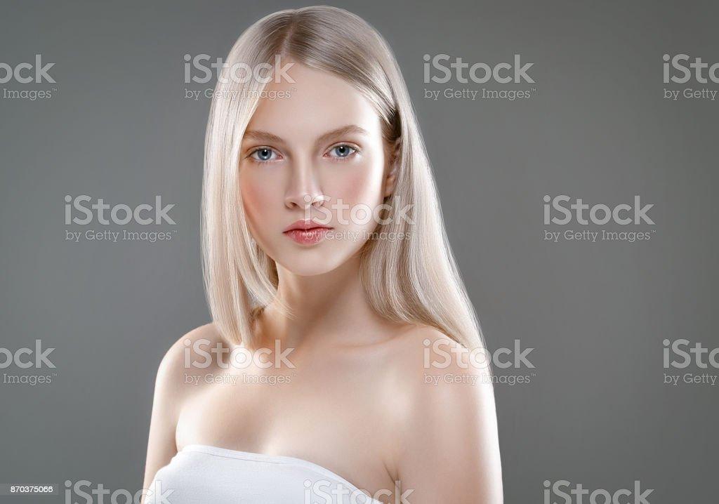 Hermosa mujer cara retrato piel cuidado concepto de belleza con el pelo  largo Rubio. Modelo 3fb6f0f91305