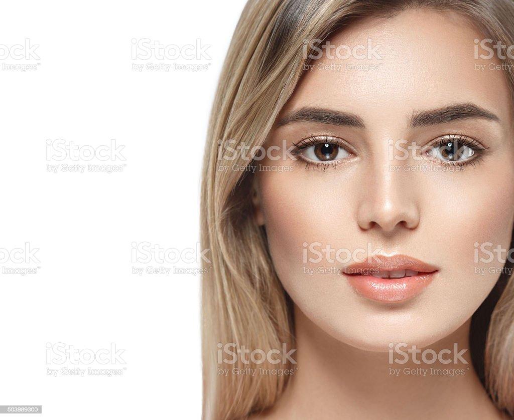 Bello rostro de mujer con Retrato de primer plano de color claro estudio sobre blanco - foto de stock