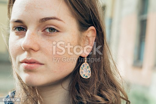 639939836 istock photo Beautiful woman face portrait freckles street city fashion 639939736