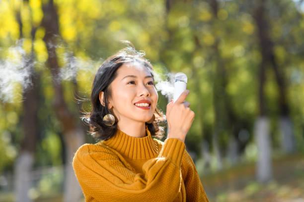 bella donna faccia spray sulla cosmetologia della lozione del viso - forest bathing foto e immagini stock