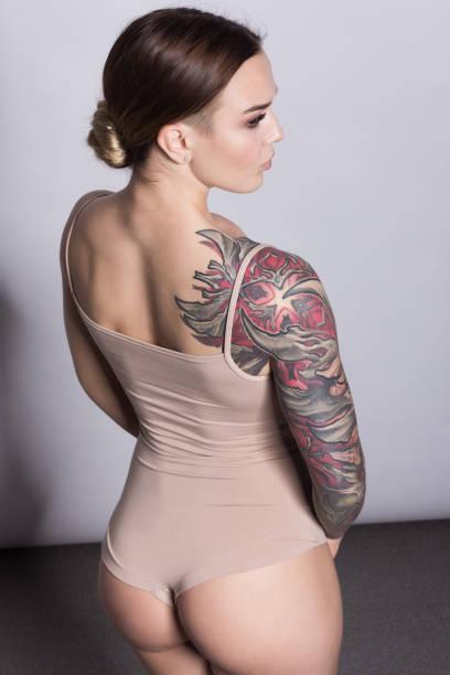 schöne frau gesicht mit naturfell. perfektes make-up. lange brünette haare. schöne tattoo auf hand der frau. - tatto vorlagen stock-fotos und bilder