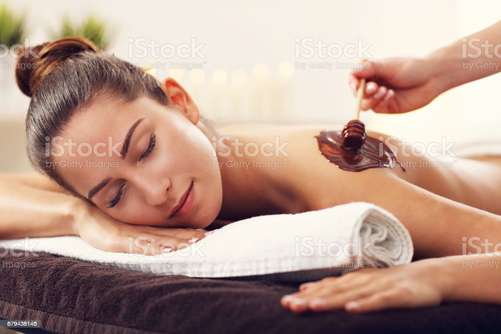 Beautiful woman getting chocolate massage in spa photo libre de droits