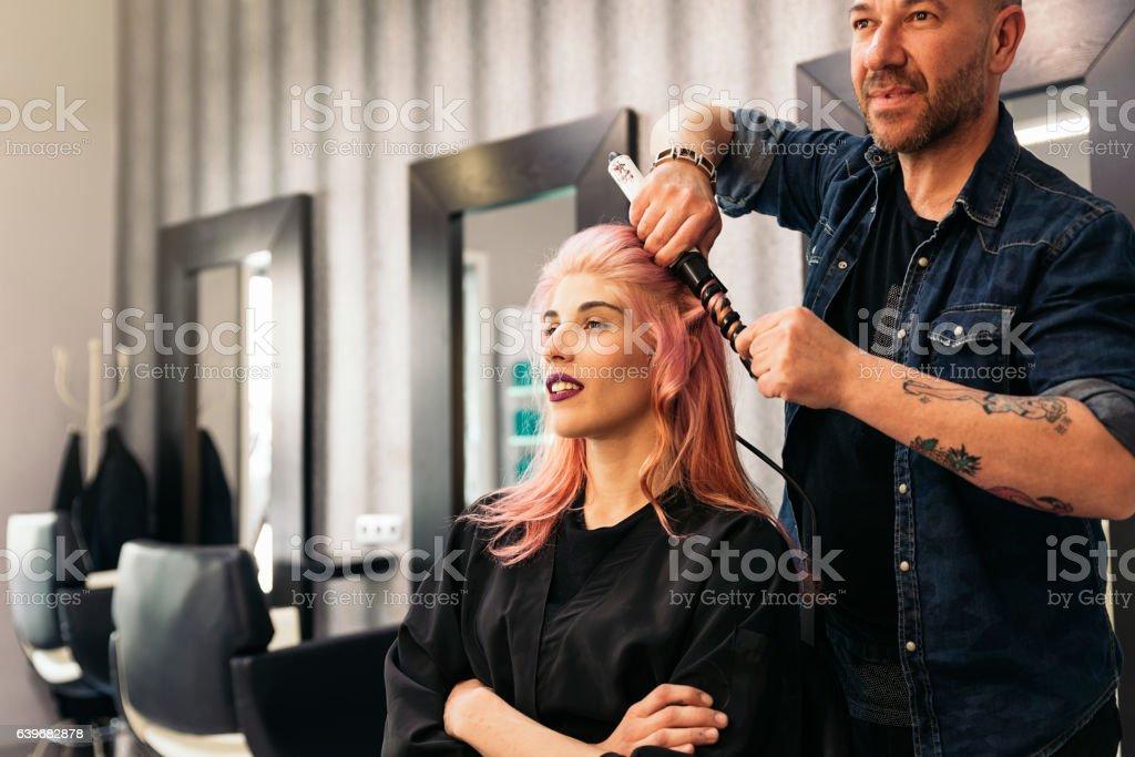 Mulher bonita está corte de cabeleireiro. - foto de acervo