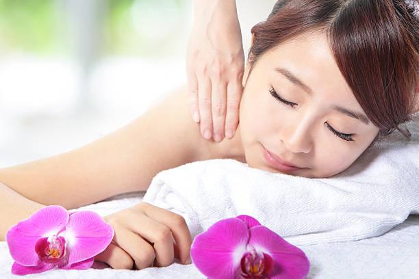 Schöne Frau immer spa-massage auf der Schulter – Foto