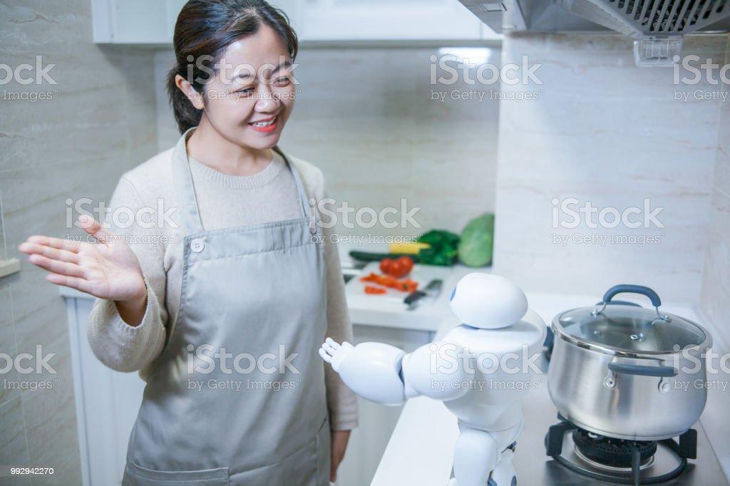 Schöne Frau Gruß AI Helfer in der Küche – Foto