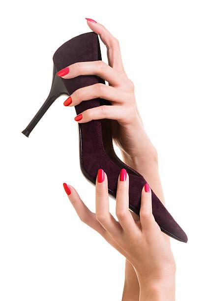 schöne frau hände holding mit hohem absatz - nails stiletto stock-fotos und bilder