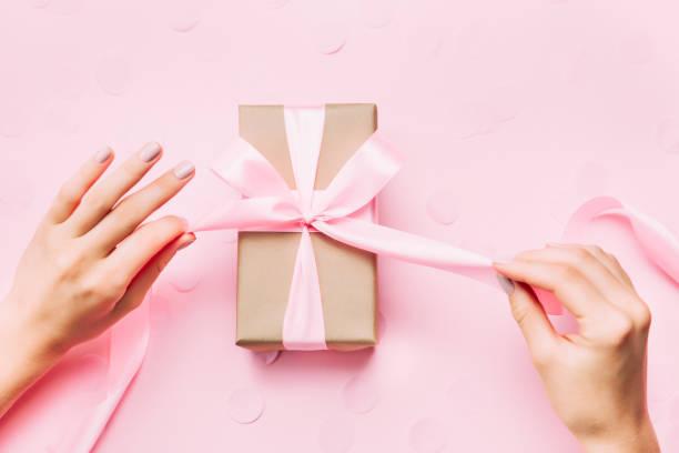 schöne frau hände mit schönen maniküre öffnen geschenkbox. - hochzeitsbox stock-fotos und bilder