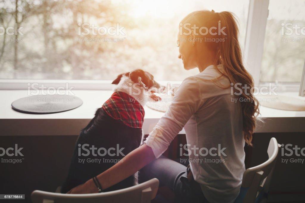 Beautiful woman happy while spending time with best friend photo libre de droits