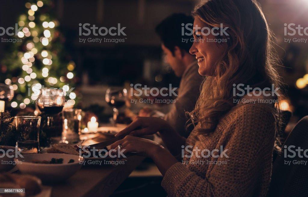 Belle femme ayant dîner de Noël avec la famille - Photo
