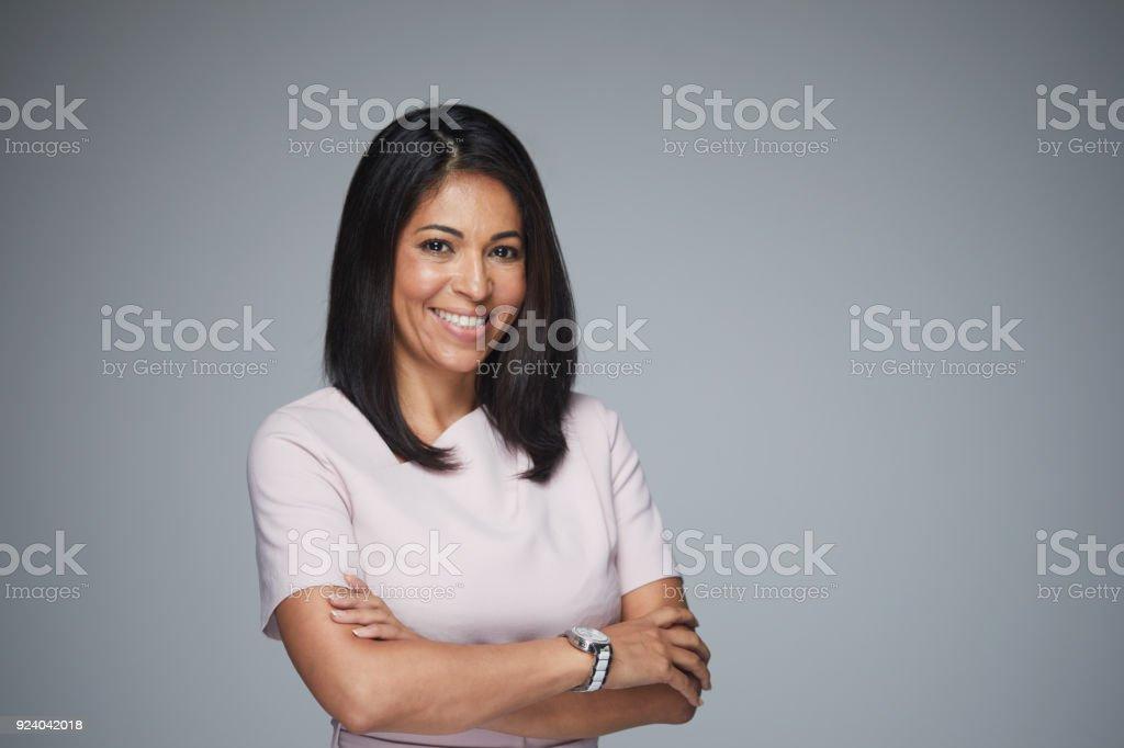 Schöne Frau Kopfschuss Blick in die Kamera. – Foto