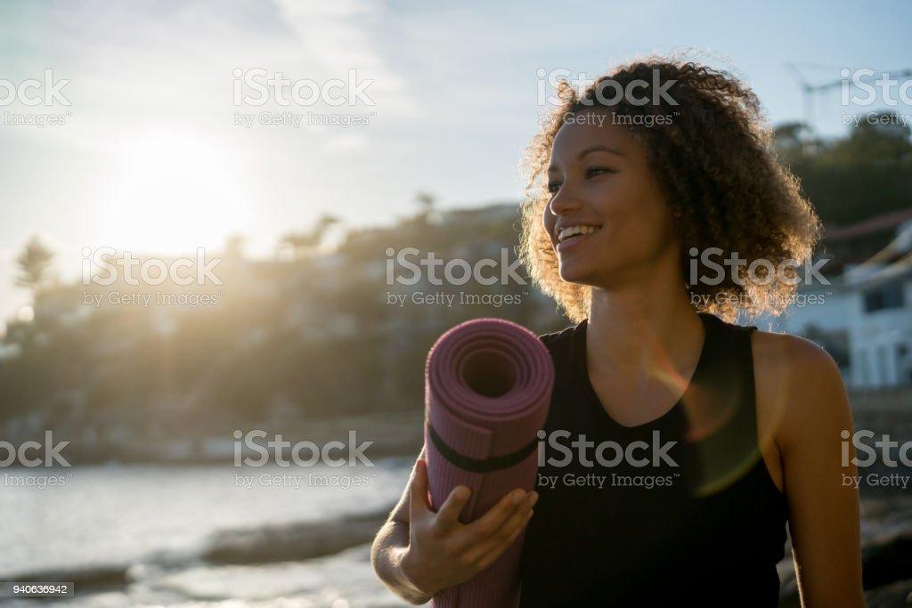 Hermosa Mujer Sosteniendo Una Estera De Yoga En La Playa ...