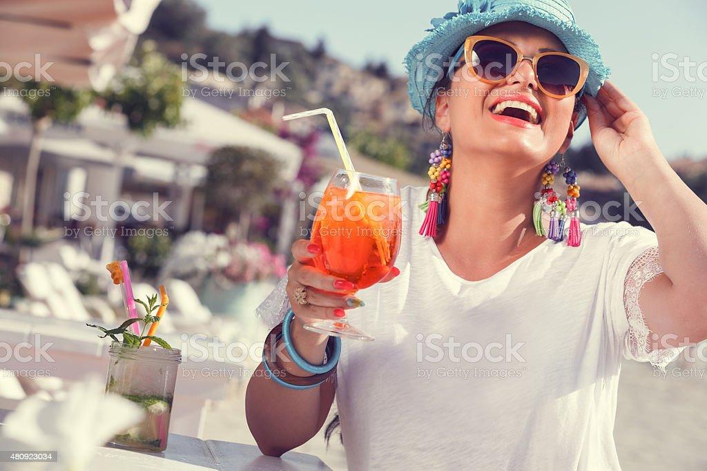 Bella donna con Aperol spritz in street cafe vicino alla spiaggia - foto stock