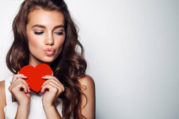 hermosa mujer sosteniendo corazón artificial - día de san valentín fotografías e imágenes de stock