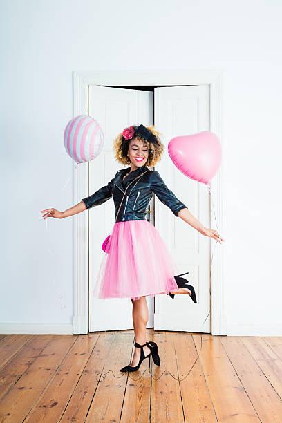schöne frau halten ballons - damen rock pink stock-fotos und bilder
