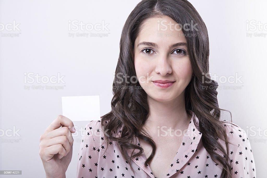 Hermosa mujer sosteniendo tarjetas en blanco - foto de stock