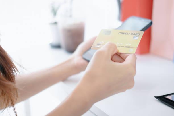 schöne Frau hält Kreditkarte mit Smartphone genießen Shopping-Website online, Shopping-Konzept