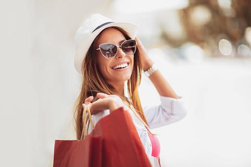 Mooie Vrouw Houden Boodschappentassen En Glimlachen Buiten Stockfoto en meer beelden van 20-29 jaar