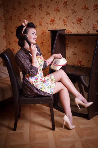 schöne frau-hausfrau im vorfeld spricht per telefon. - telefonschrank stock-fotos und bilder