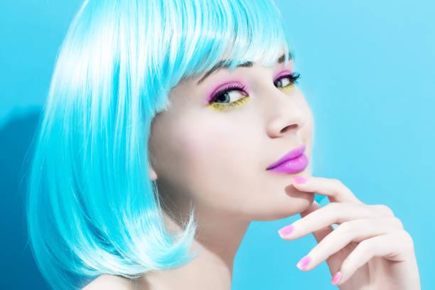 明るい青のかつらで美しい女性 - ポップミュージシャン ストックフォトと画像