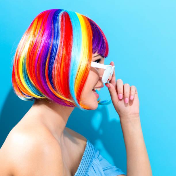 schöne frau in eine bunte perücke - popmusiker stock-fotos und bilder