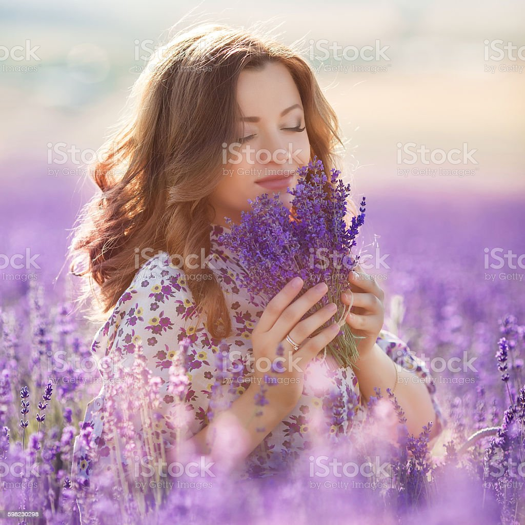 Beautiful woman in a lavender field foto royalty-free