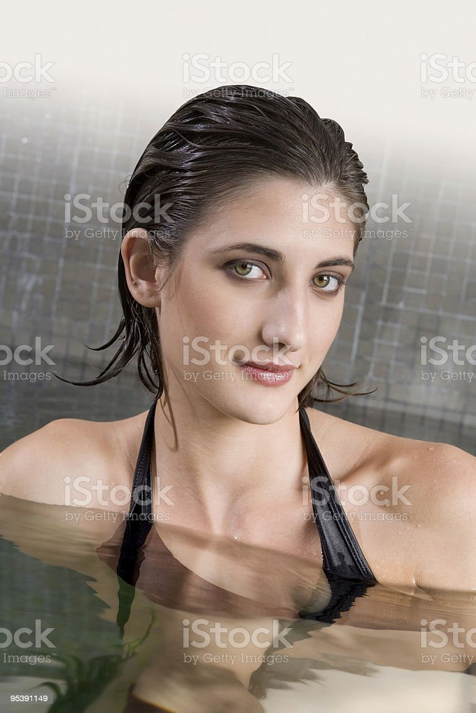 Schöne Frau in einem pool Lizenzfreies stock-foto