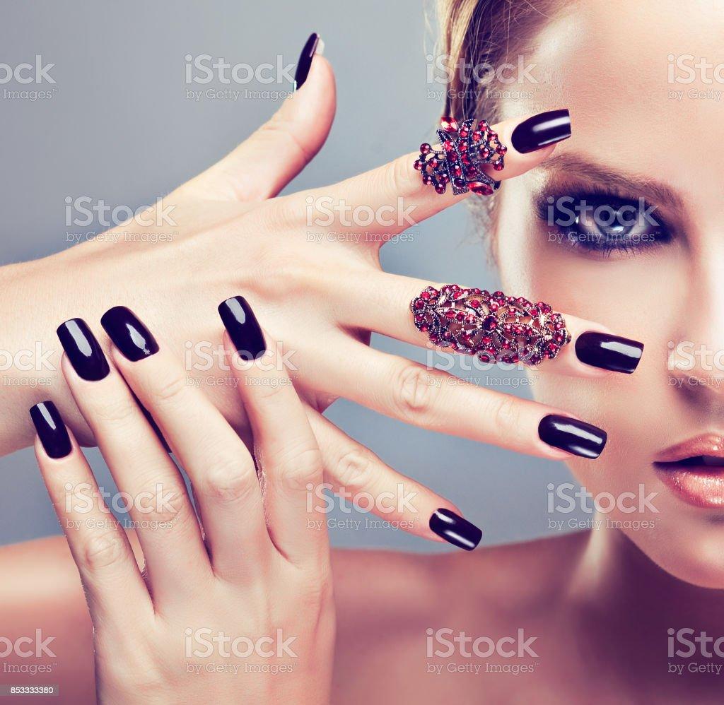 Mulher bonita em um estilo de olhos esfumaçados compõem e manicure preto. - foto de acervo