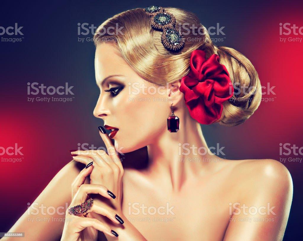 Mulher bonita em um estilo de olhos esfumaçados compõem e manicure preto. Penteado retrô. - foto de acervo