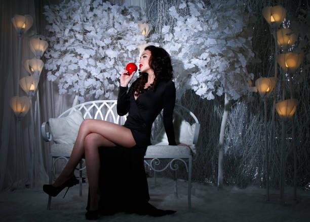 Hermosa mujer en un parque cubierto de nieve - foto de stock