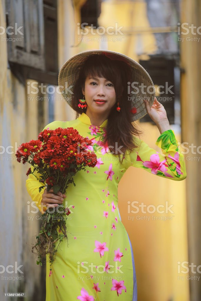 Schone Frau In Ao Dai Vietnam Traditionelle Kleidung Stockfoto Und Mehr Bilder Von Ao Dai Istock