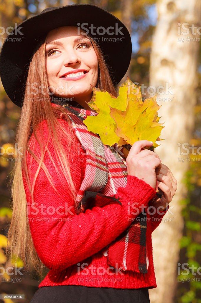 Schöne Frau im Herbst park Lizenzfreies stock-foto