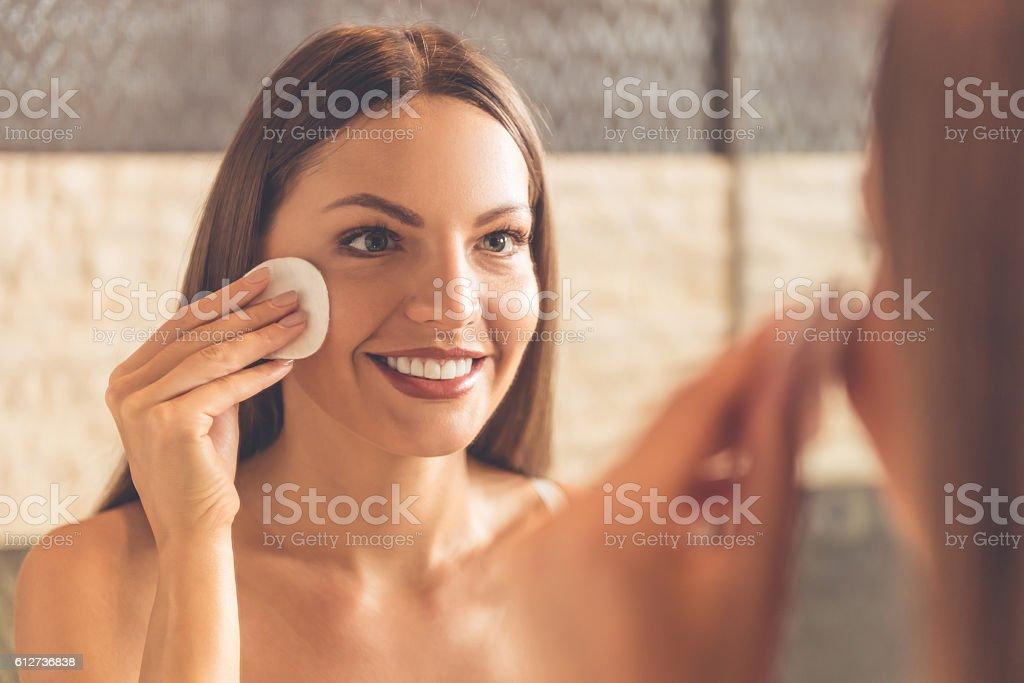 Bellissima donna in bagno - Foto stock royalty-free di Accudire