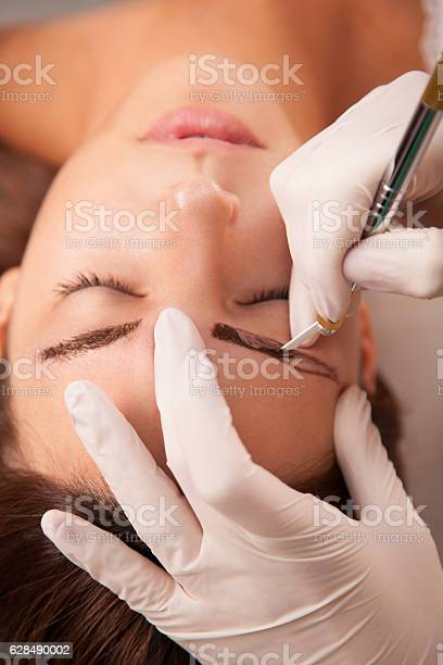 Beautiful woman in beauty slon on eyebrow makeup treatment picture id628490002?b=1&k=6&m=628490002&s=612x612&h=p 5b5qxxu u6a3ilvhstsin5vcag6ckwzxmh0bu60va=