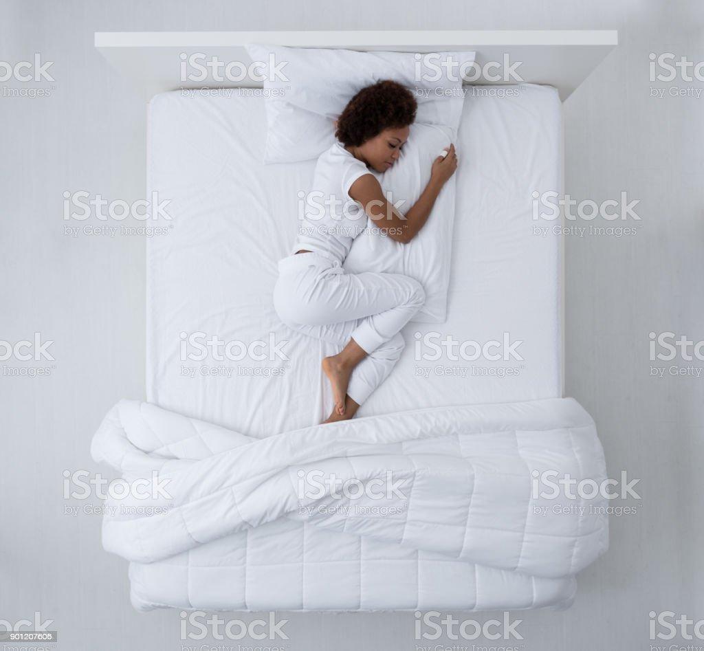 Mujer hermosa en la cama - foto de stock