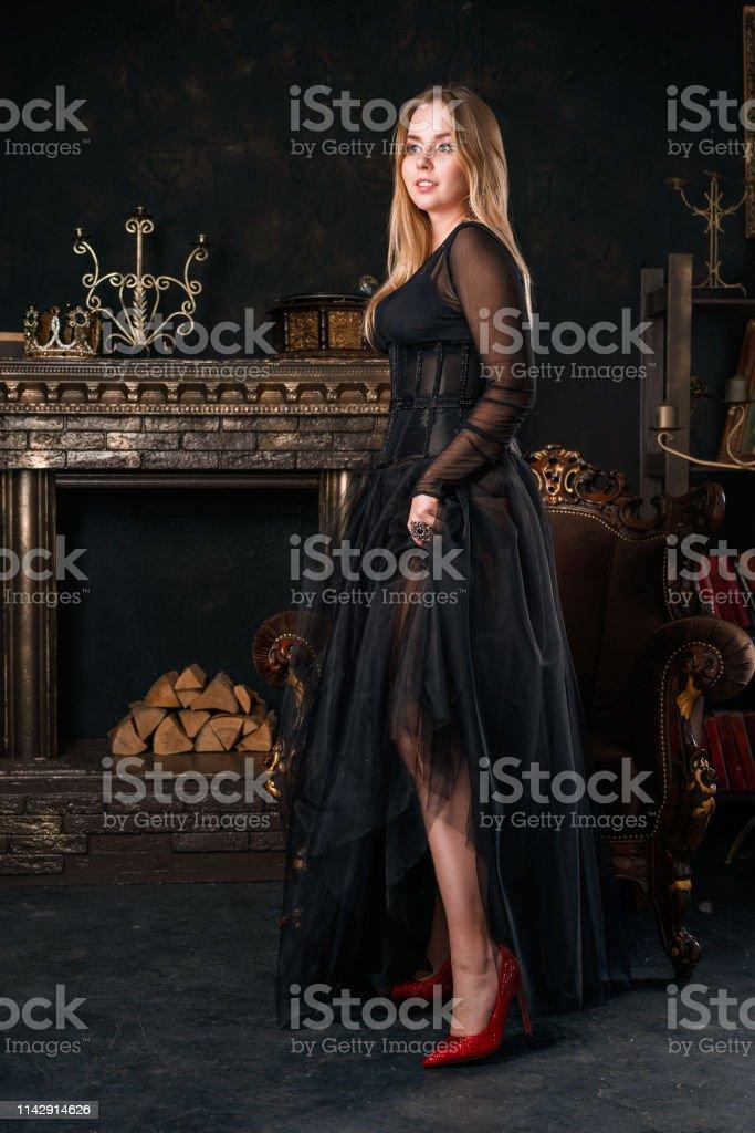 Hermosa Mujer En Vestido Negro Con Soportes De Corsé En