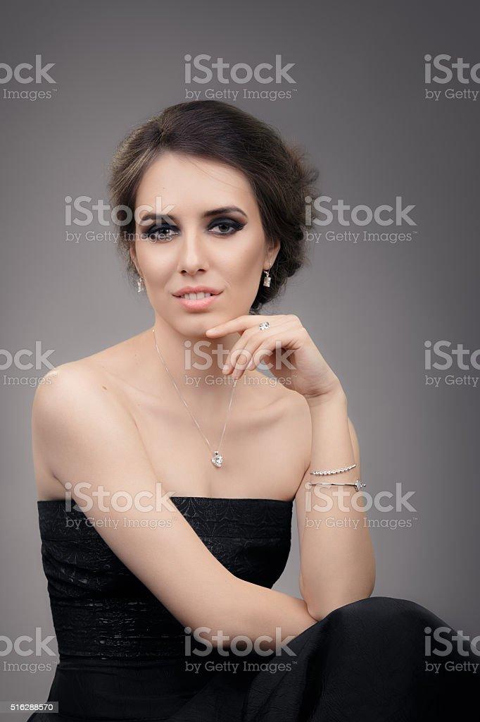 7c9d0ab8857 Belle femme en robe de soirée noire avec bijoux photo libre de droits