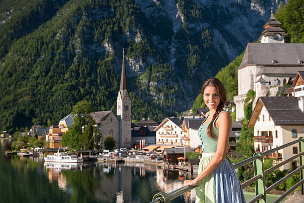 schöne frau im dirndl, hallstatt, österreich - vintage dirndl stock-fotos und bilder