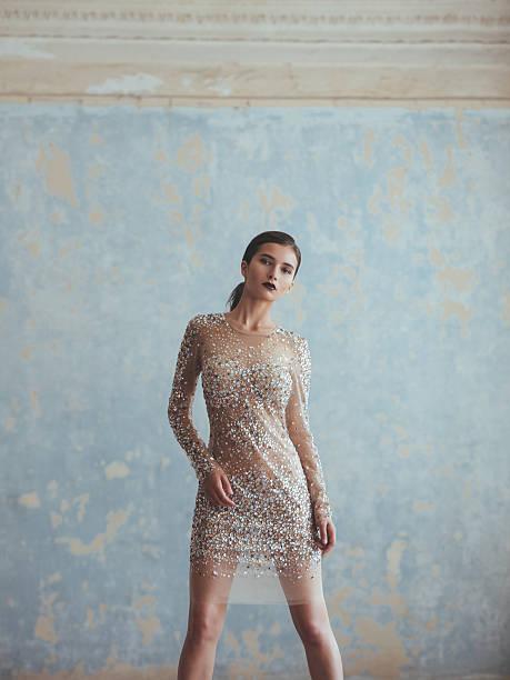 schöne frau im eleganten kleid - glitter farbige wände stock-fotos und bilder