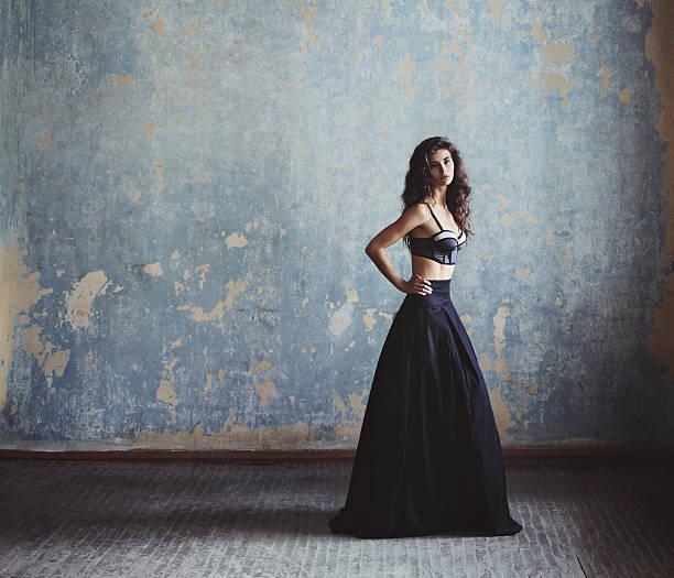 schöne frau im eleganten kleid - damen rock lang stock-fotos und bilder