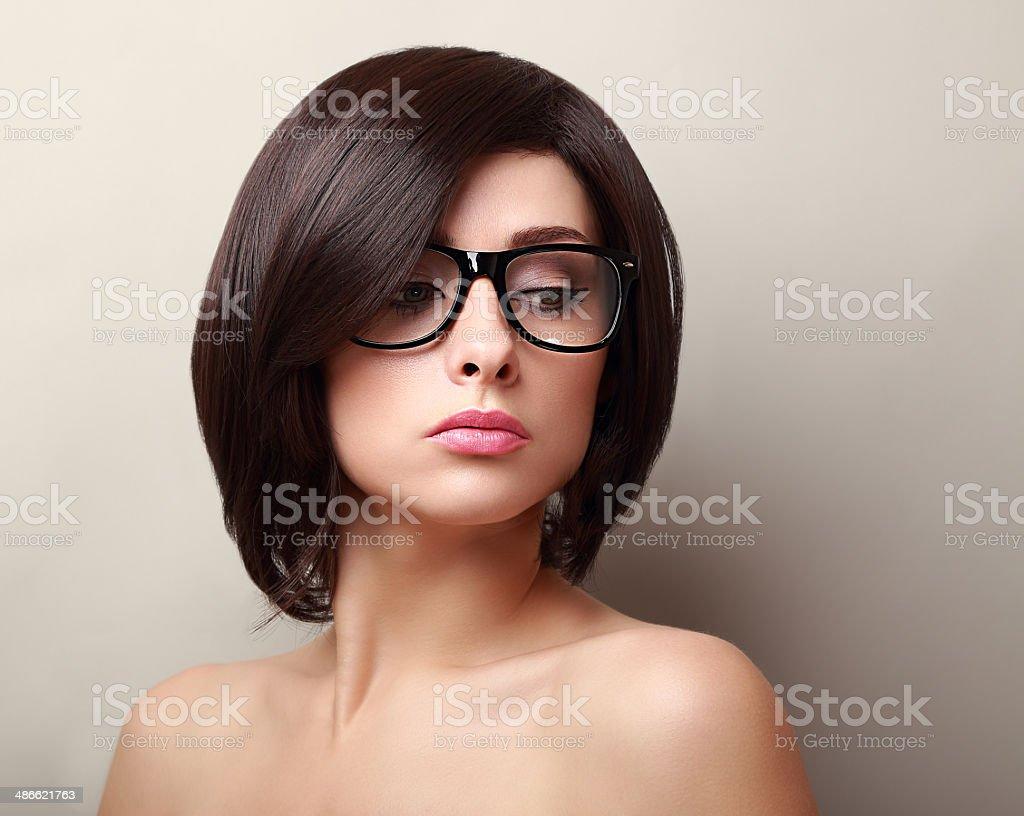 Schöne Frau In Brille Kurze Schwarze Frisur Stock Fotografie Und