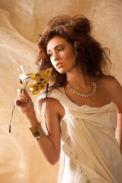 schöne frau in der göttin kleidung mit maske - toga kostüm stock-fotos und bilder