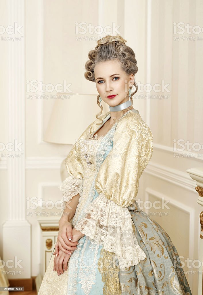 Bella mujer en vestido histórico de estilo barroco - foto de stock