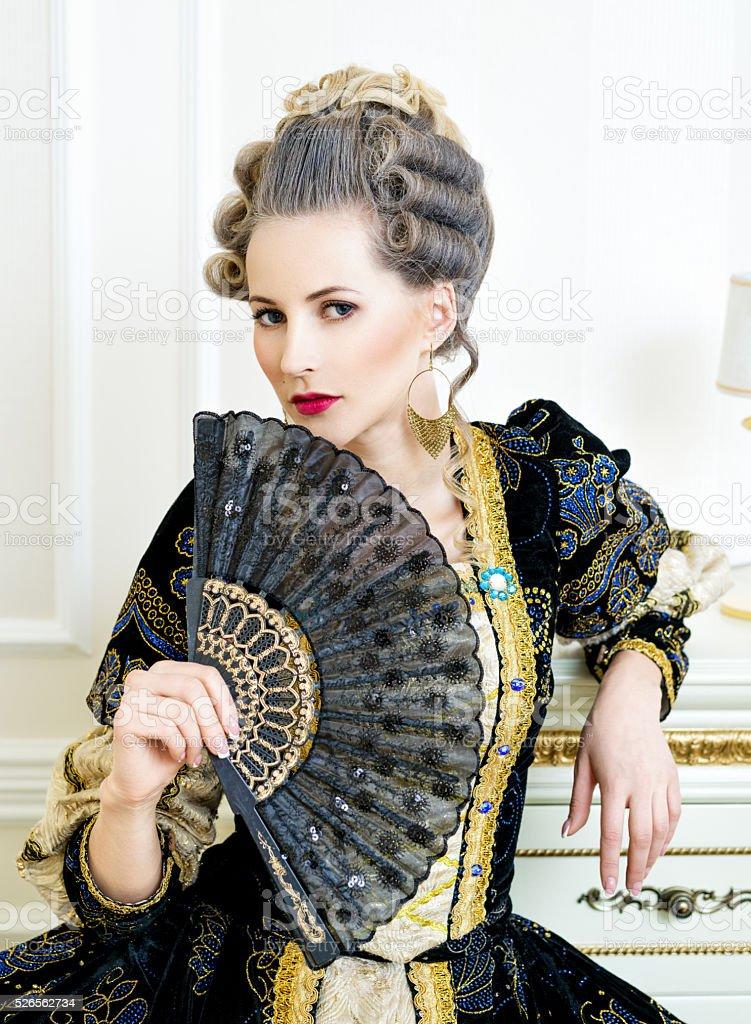 Красивая женщина в платье в стиле барокко историческом стоковое фото