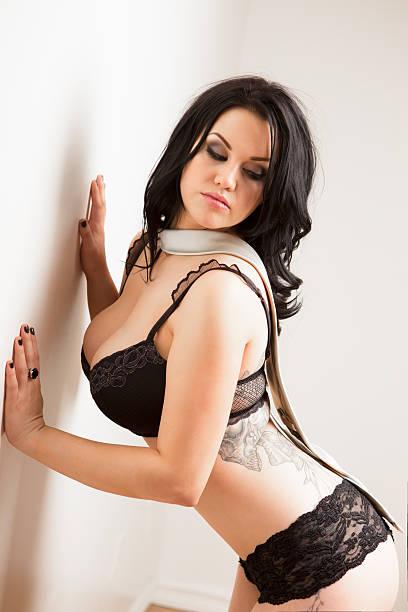 superbe femme en lingerie et cravate - black string photos et images de collection