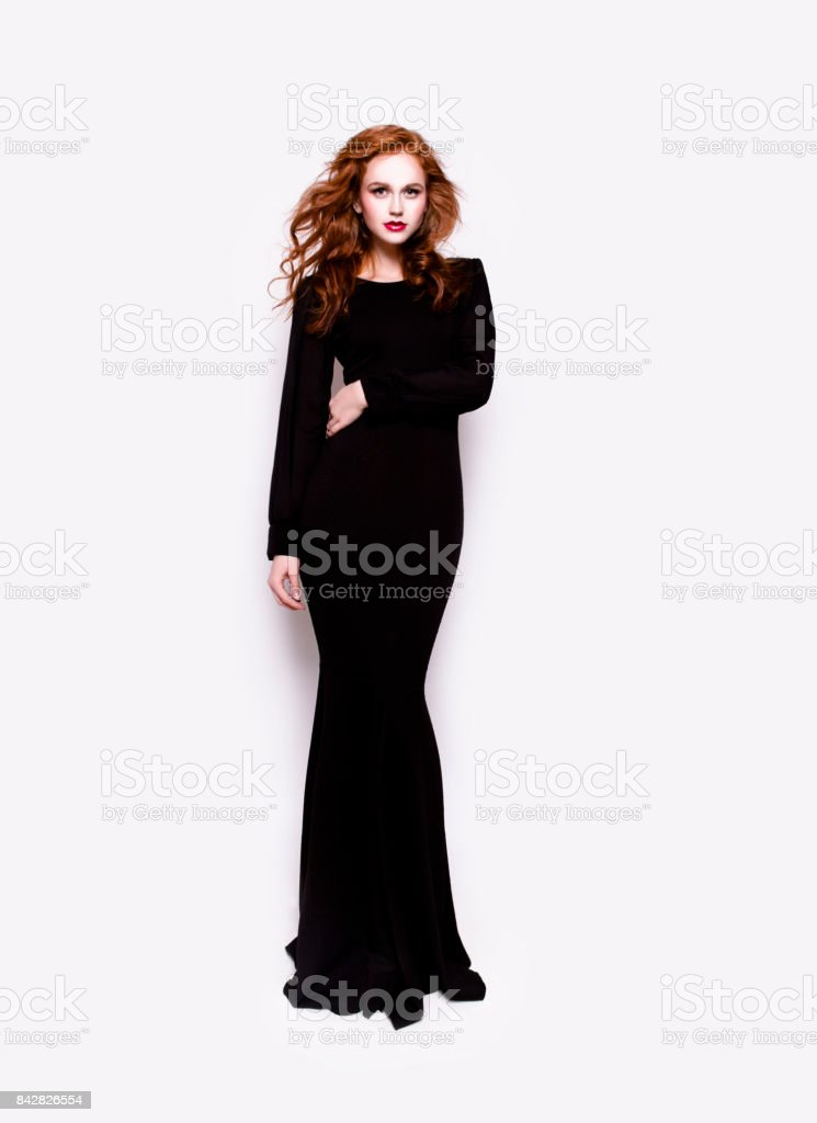 c07ace9d1e0 Schöne Frau im Luxus schwarzes Kleid voller Länge Körper portrait  Lizenzfreies stock-foto
